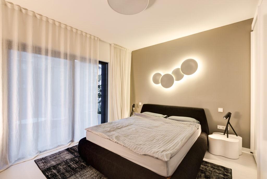 spavaća soba sa crno bijelim B&B Italia krevetom